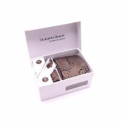 MCM ajándék készlet, nyakkendő, zsebkendő, mandzsetta gombok és nyakkendőtű - barna